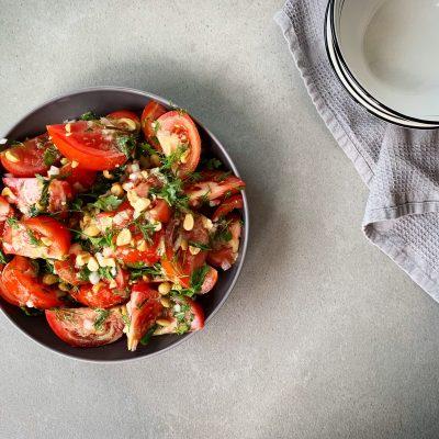 Salade de tomates et herbes fraîches